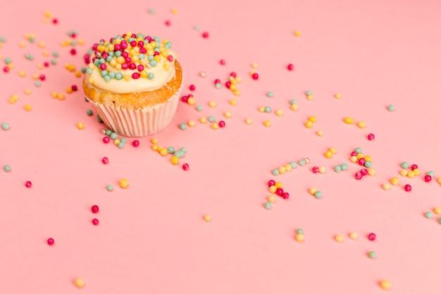 Petit gâteau savoureux frais avec pépites Photo gratuit
