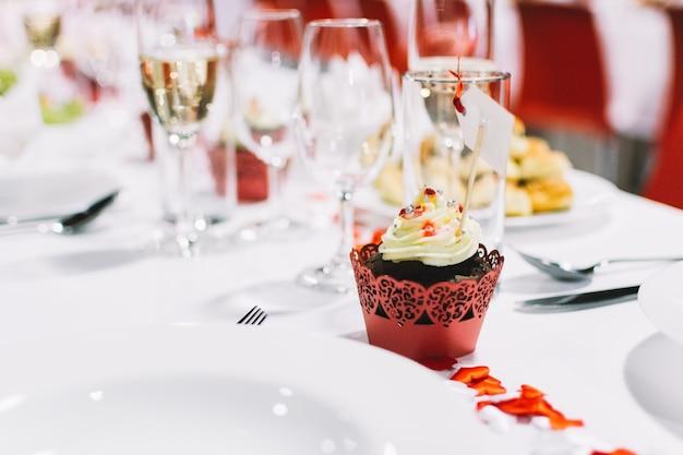Petit gâteau sucré lors d'une fête de mariage Photo gratuit