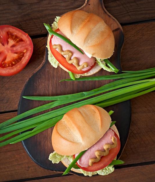 Petit Hot-dog Gai Avec Saucisse Et Tomate Photo gratuit