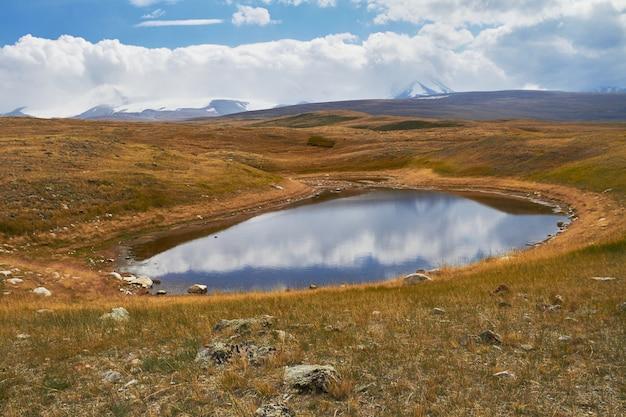 Un petit lac dans la steppe, tombe parmi les montagnes. le plateau d'ukok dans l'altaï Photo Premium