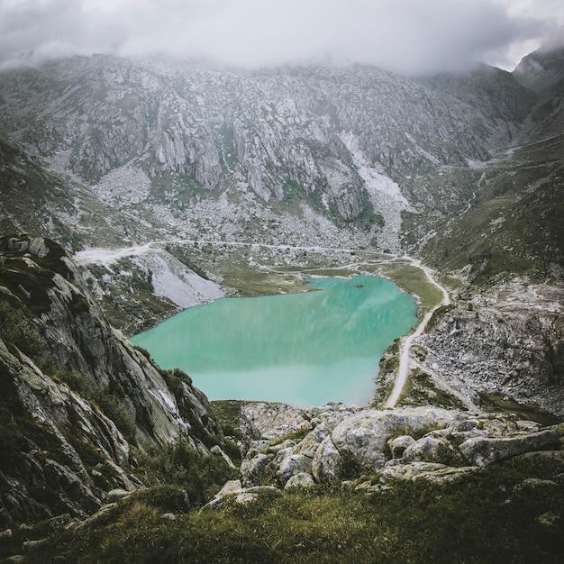 Petit lac de montagne près de lago nero Photo Premium