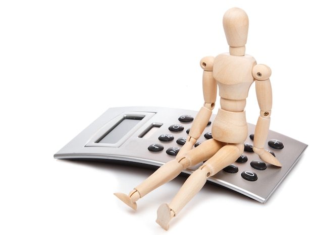 Petit mannequin en bois et calculatrice Photo Premium