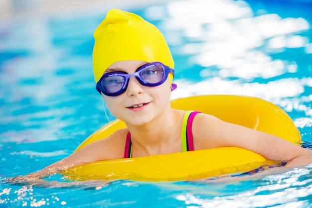 Petit nageur dans la piscine Photo gratuit