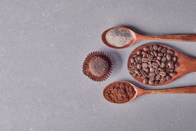 Un Petit Pain Au Chocolat Avec Des Haricots Arabica Et Des Poudres. Photo gratuit
