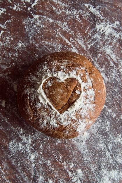 Petit pain frais sur la vue de dessus de table Photo gratuit