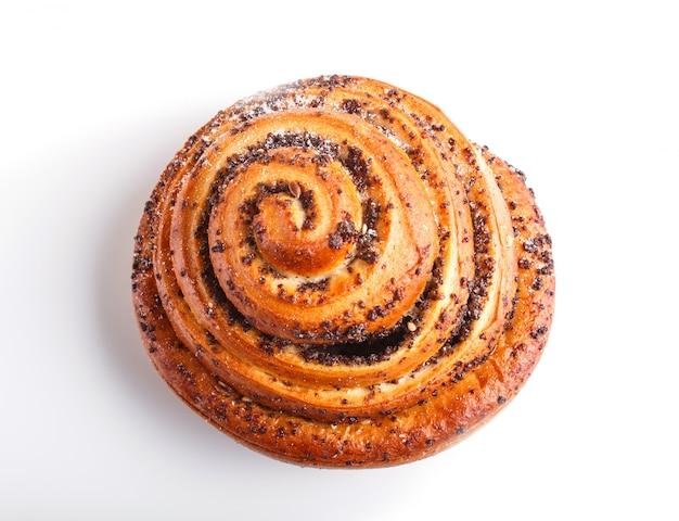 Un petit pain avec des graines de pavot isolées sur une surface blanche. Photo Premium