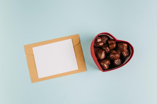 Petit papier avec des bonbons au chocolat Photo gratuit