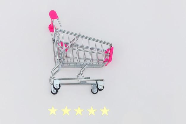Petit Supermarché épicerie Pousser Panier Pour Faire Du Shopping Jouet Avec Roues Et 5 étoiles Classement Isolé Sur Fond Blanc. Consommateur De Détail Achetant Un Concept D'évaluation Et D'examen En Ligne. Photo Premium