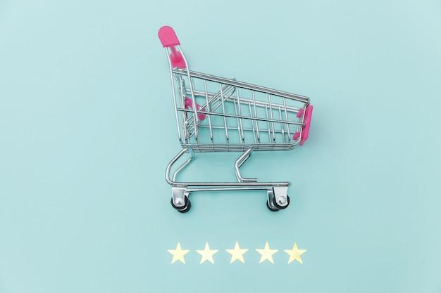 Petit Supermarché épicerie Pousser Panier Pour Faire Du Shopping Jouet Avec Roues Et 5 étoiles Classement Isolé Sur Fond Bleu Pastel. Consommateur De Détail Achetant Un Concept D'évaluation Et D'examen En Ligne. Photo Premium