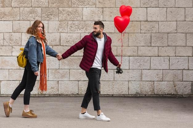 Petite amie et son petit ami se tenant la main Photo gratuit