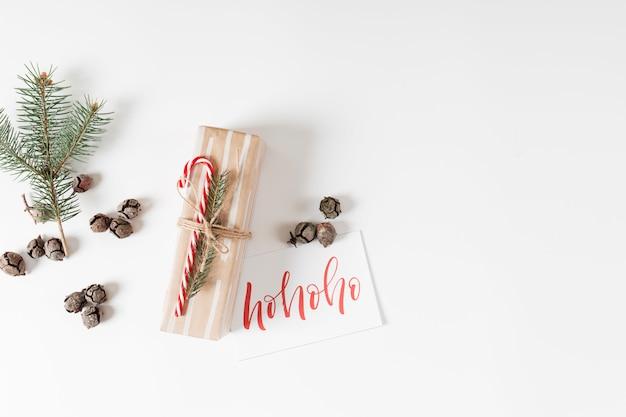 Petite boîte cadeau avec inscription ho ho ho sur papier Photo gratuit