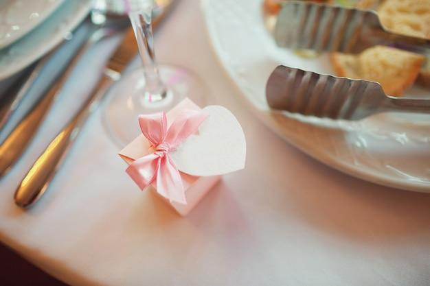 La petite boîte présente se trouve sur la table à la table Photo gratuit