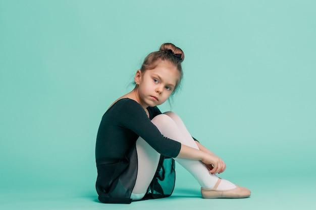 La Petite Danseuse De Balerina Sur Mur Bleu Photo gratuit