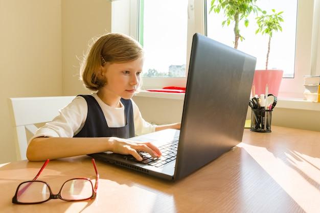 Petite écolière Utilise Un Ordinateur Photo Premium