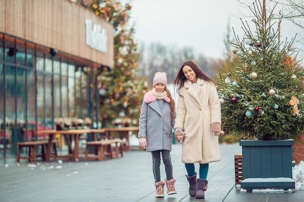 Petite Fille Adorable Avec Sa Mère Patinant Sur Une Patinoire Photo Premium