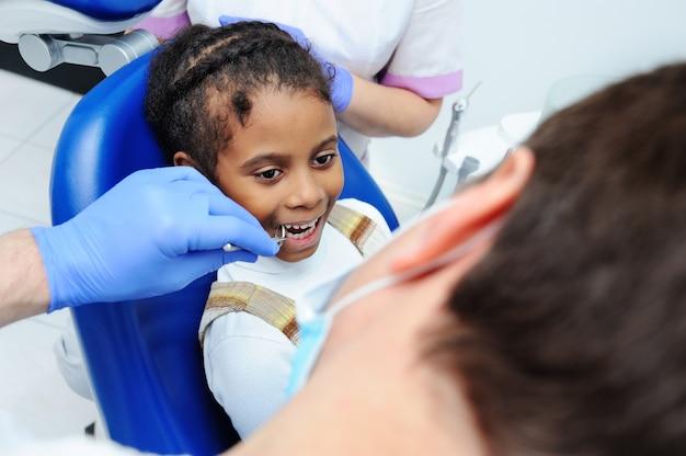 Petite Fille Africaine à La Peau Foncée En Dentisterie Photo Premium