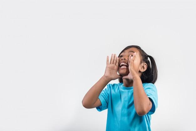 Petite fille agissant shout en studio tourné Photo gratuit