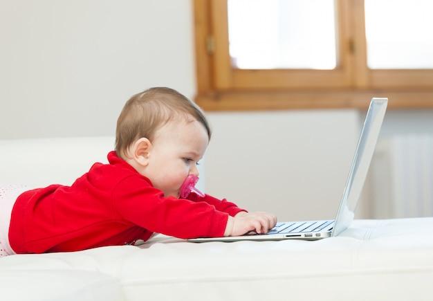 Petite fille à l'aide d'un ordinateur portable Photo Premium