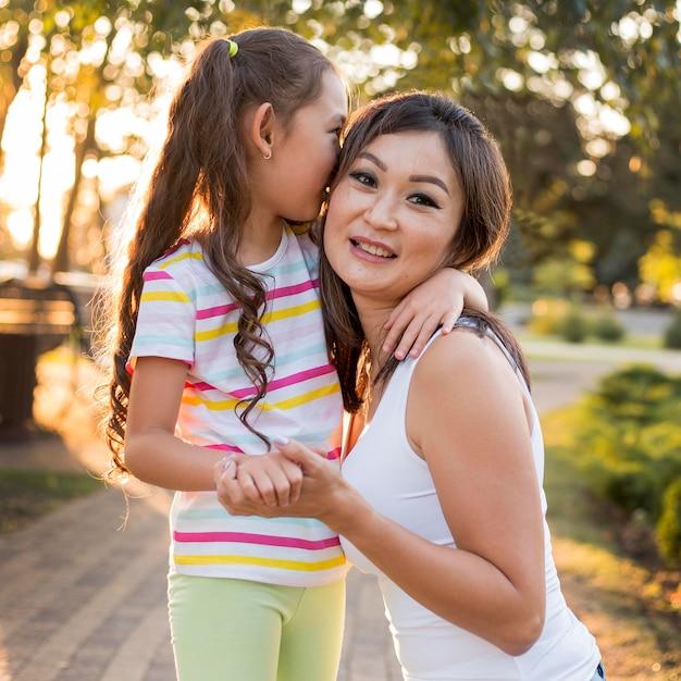 Petite Fille Asiatique Embrassant Sa Mère Photo Premium