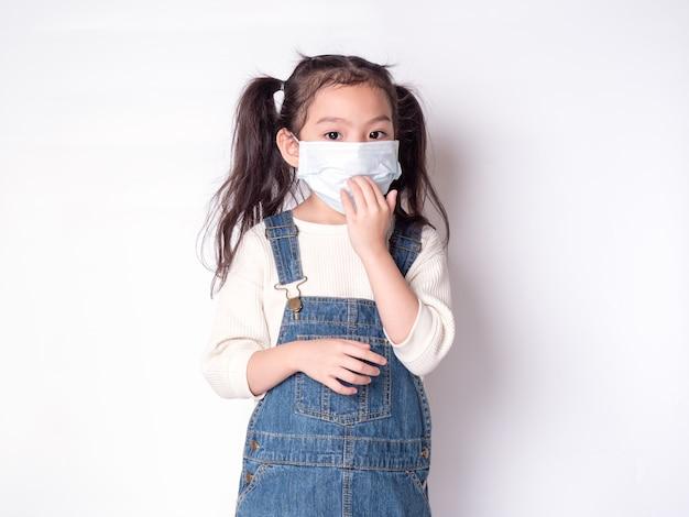 Petite Fille Asiatique Mignonne 6 Ans Portant Un Masque De Protection Propager La Maladie Photo Premium