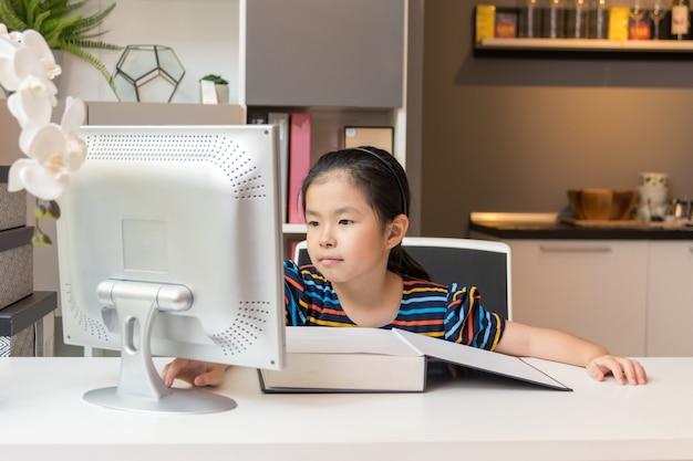 Petite Fille Asiatique Avec Ordinateur Portable. Concept De L'éducation. Photo Premium
