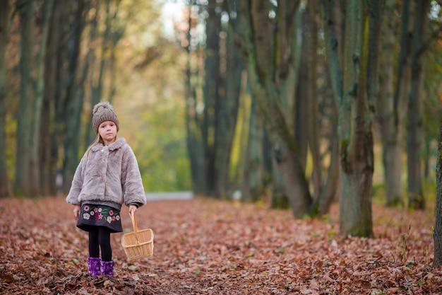 Petite fille en automne parc en plein air Photo Premium