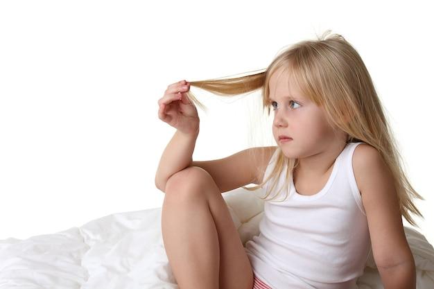 Petite Fille Aux Cheveux Blonds Au Lit Photo Premium