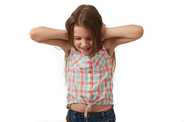 Petite Fille Aux Cheveux Noirs Qui Pose En Studio Sur Fond Blanc Photo Premium