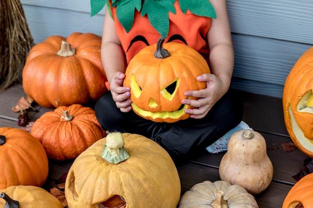 Petite fille aux citrouilles d'halloween Photo gratuit