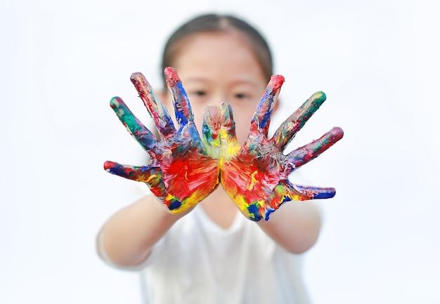 Petite Fille Aux Mains Colorées Peintes Isolé Sur Fond Blanc. Concentrez-vous Sur Les Mains Des Enfants. Photo Premium