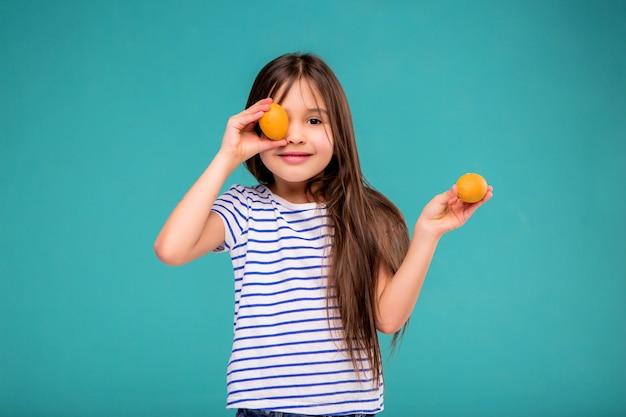 Petite fille aux oeufs de pâques Photo Premium