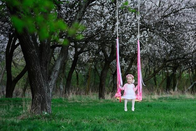 Petite fille sur une balançoire Photo Premium