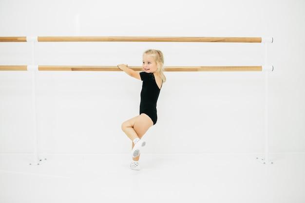 Petite Fille Ballerine En Noir. Adorable Enfant Dansant Le Ballet Classique. Les Enfants Dansent. Enfants Jouant. Jeune Danseuse Douée Dans Une Classe. Enfant D'âge Préscolaire Prenant Des Cours D'art. Photo Premium