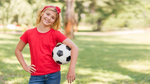 Petite Fille Avec Ballon De Football Au Pair Photo gratuit