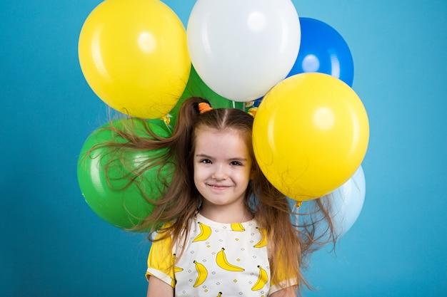 Petite fille avec ballons Photo Premium