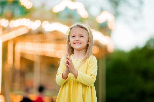 Petite fille blonde au parc d'attractions Photo Premium