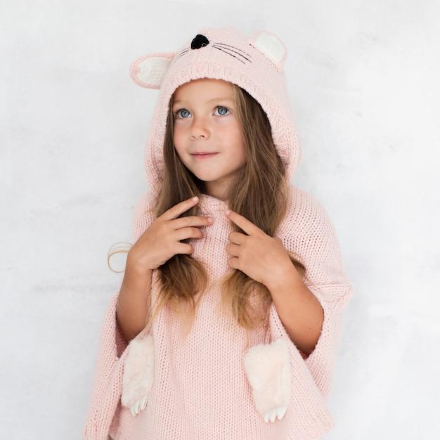 Petite fille blonde habillée comme un chat Photo gratuit