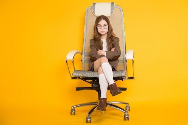 Petite Fille Brune En Chaise Photo Premium