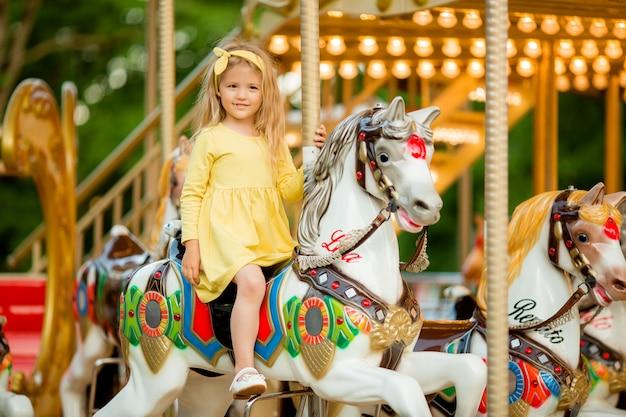 Petite fille sur le carrousel Photo Premium