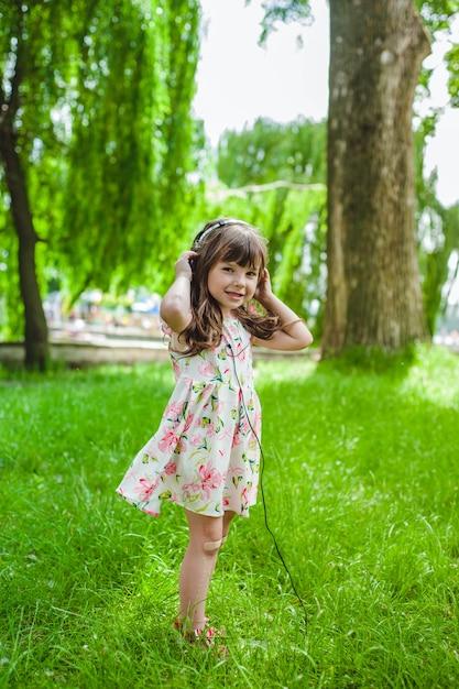 Petite fille avec un casque Photo gratuit