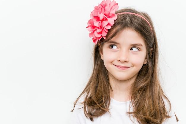 Petite fille caucasienne avec costume et accessoires s'amuser Photo Premium