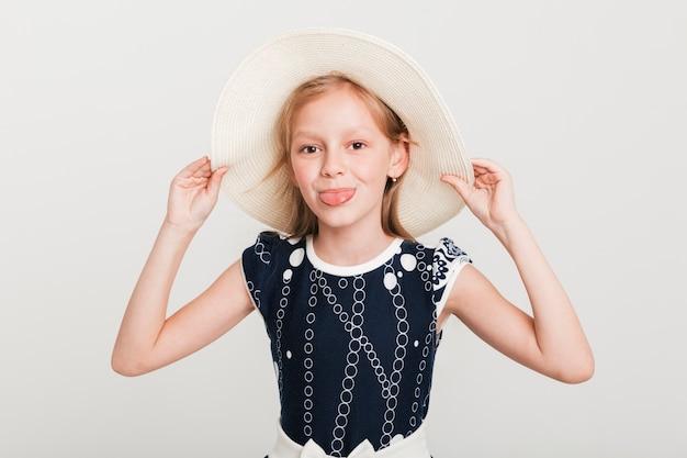 Petite fille avec chapeau d'été Photo gratuit