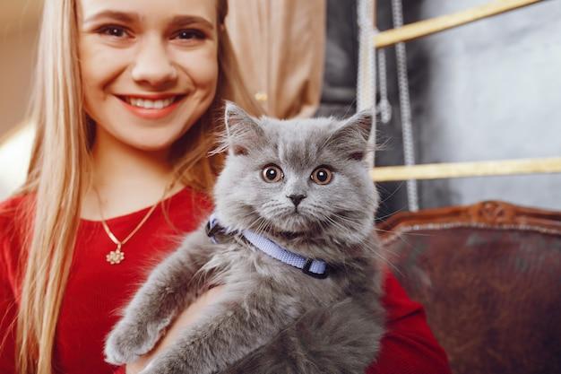 Petite fille avec chat Photo gratuit