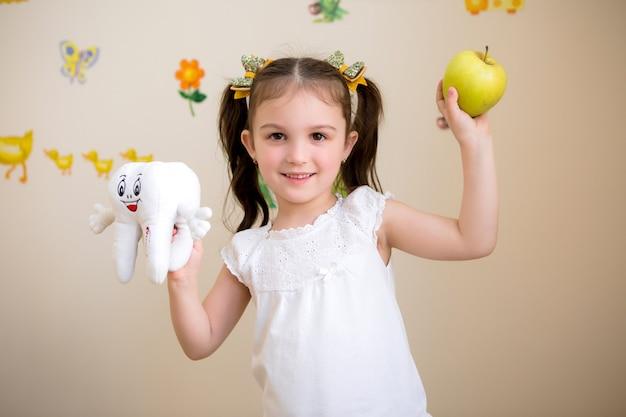 Petite fille chez le dentiste Photo Premium