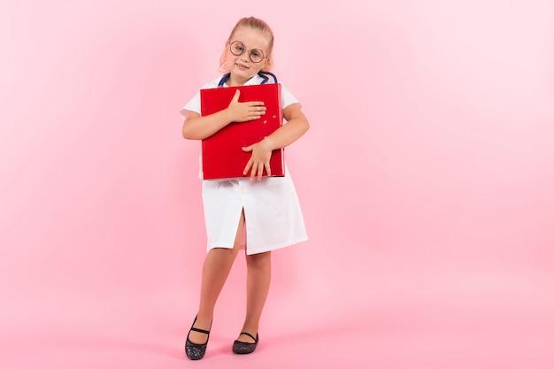Petite fille en costume de docteur avec dossier Photo Premium