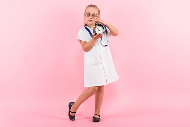 Petite Fille En Costume De Docteur Avec Des Horloges Photo Premium