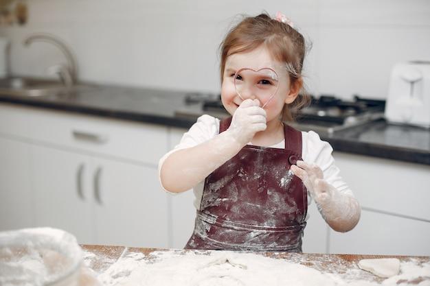 Petite fille cuire la pâte pour les cookies Photo gratuit
