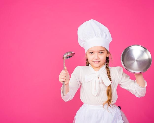 Petite Fille Cuisine Avec Louche Et Couvercle Souriant Photo gratuit