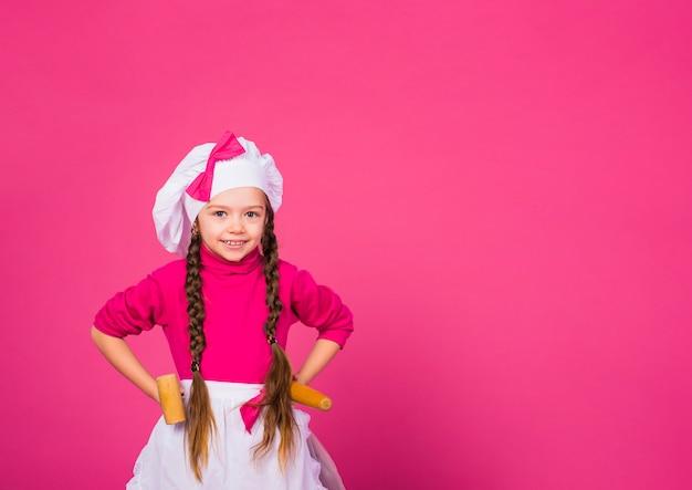 Petite Fille Cuisinier Debout Avec Des Ustensiles De Cuisine Photo gratuit