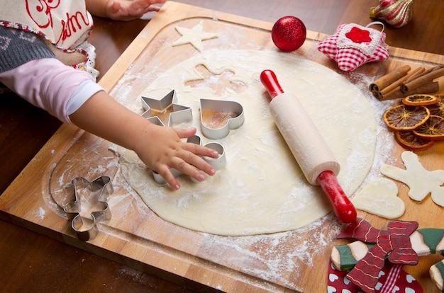 Petite fille, cuisson, biscuits noël, couper, pâtisserie, à, a, cooki Photo Premium